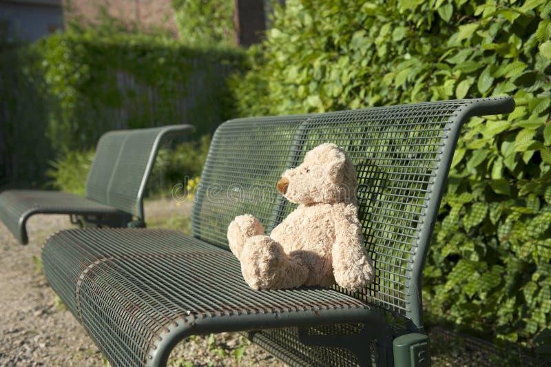 niedźwiadkowej ławki przegrany miś pluszowy zdjęcie stock