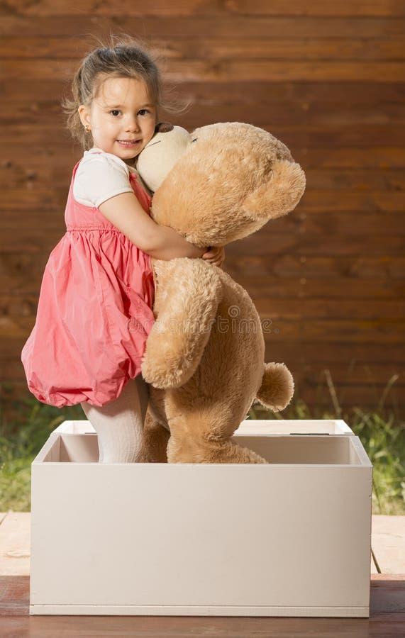 niedźwiadkowej dziewczyny mały bawić się miś pluszowy zdjęcia stock