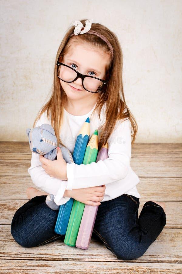 niedźwiadkowi dziewczyny mienia miś pluszowy potomstwa zdjęcia stock