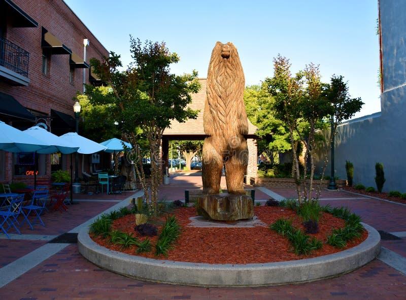 Niedźwiedź Brunatny rzeźbi w Niedźwiadkowym placu, Nowy Bern, NC fotografia stock