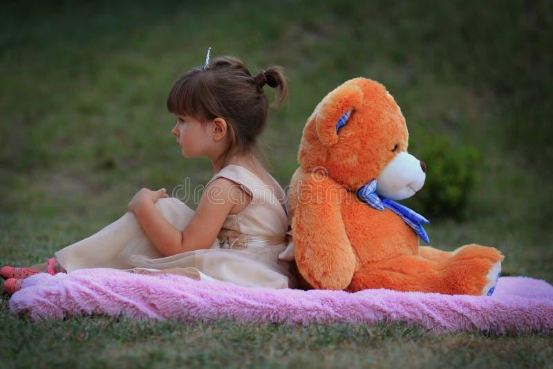 Niedźwiedź i mała dziewczynka obrazy royalty free