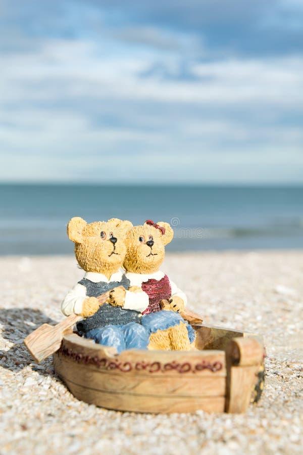 Niedźwiedzie w łódkowatej postaci na plaży w wieczór obrazy royalty free