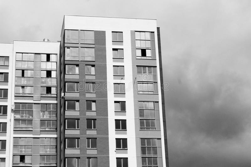 Niedawno budujący domy przeciw niebieskiemu niebu obrazy royalty free