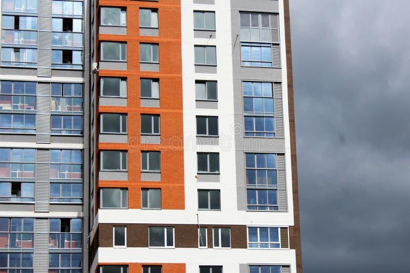 Niedawno budujący domy przeciw niebieskiemu niebu obraz stock