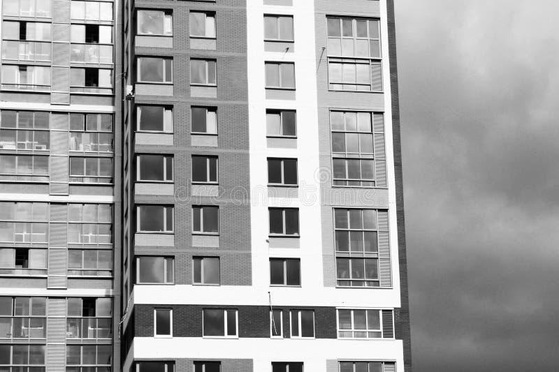 Niedawno budujący domy przeciw niebieskiemu niebu zdjęcia stock