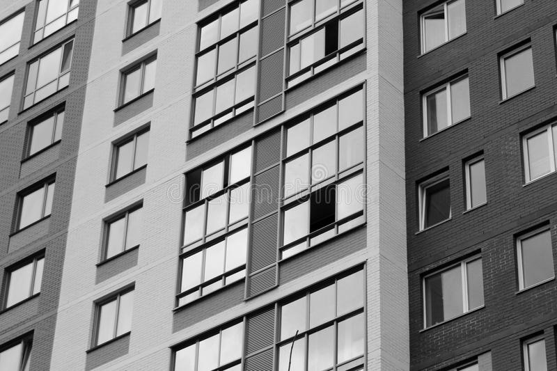 Niedawno budujący domy przeciw niebieskiemu niebu zdjęcie stock