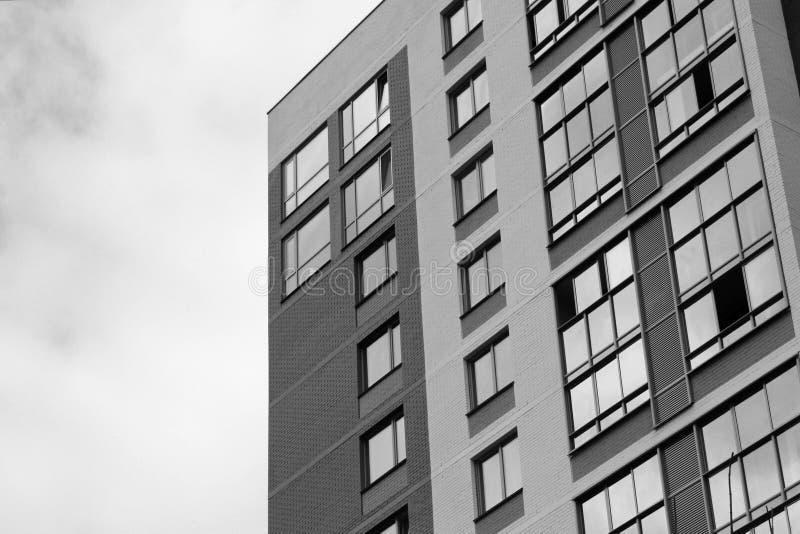 Niedawno budujący domy przeciw niebieskiemu niebu obraz royalty free