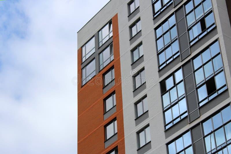 Niedawno budujący domy przeciw niebieskiemu niebu obrazy stock