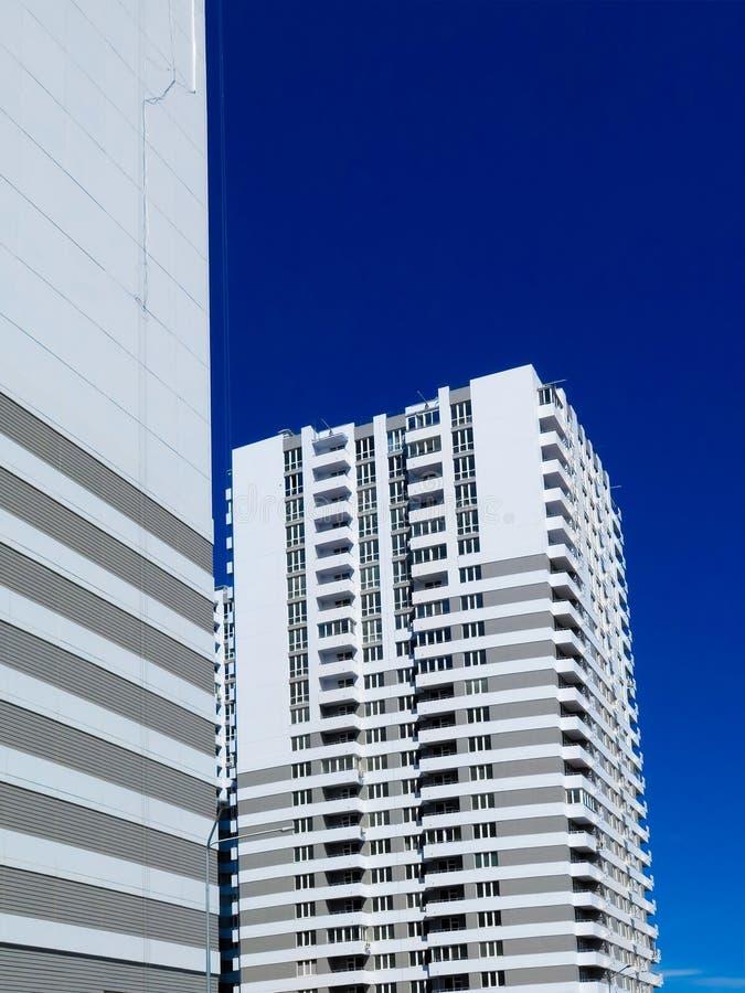 Niedawno budujący domy w niedawno budującym terenie miasto Perspektywiczna budowa mieszkania Infrastruktura i przemysł obrazy stock