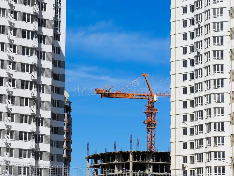 Niedawno budujący domy w niedawno budującym terenie miasto Perspektywiczna budowa mieszkania Infrastruktura i przemysł zdjęcia stock