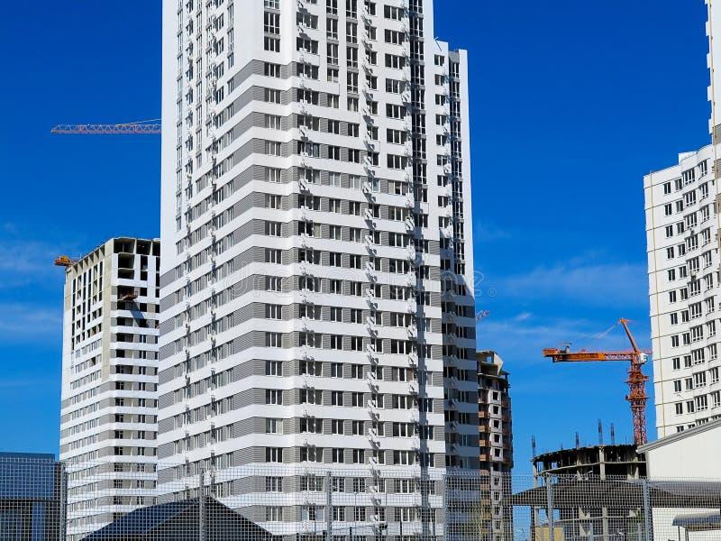 Niedawno budujący domy w niedawno budującym terenie miasto Perspektywiczna budowa mieszkania Infrastruktura i przemysł zdjęcie stock