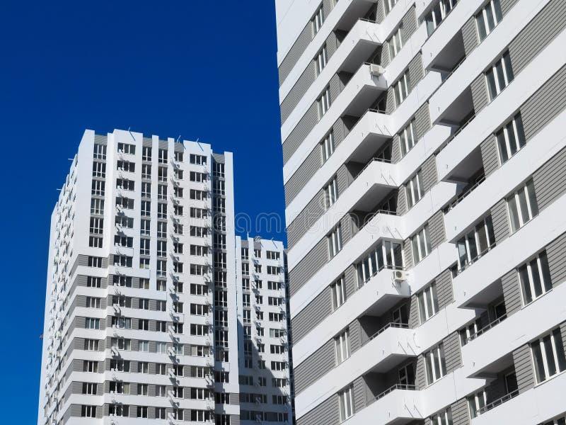 Niedawno budujący domy w niedawno budującym terenie miasto Perspektywiczna budowa mieszkania Infrastruktura i przemysł obraz royalty free