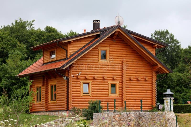 Niedawno budujący drewniany beli kabiny dom otaczający z uncut trawą i luksusową lasową roślinnością w tle zdjęcie royalty free