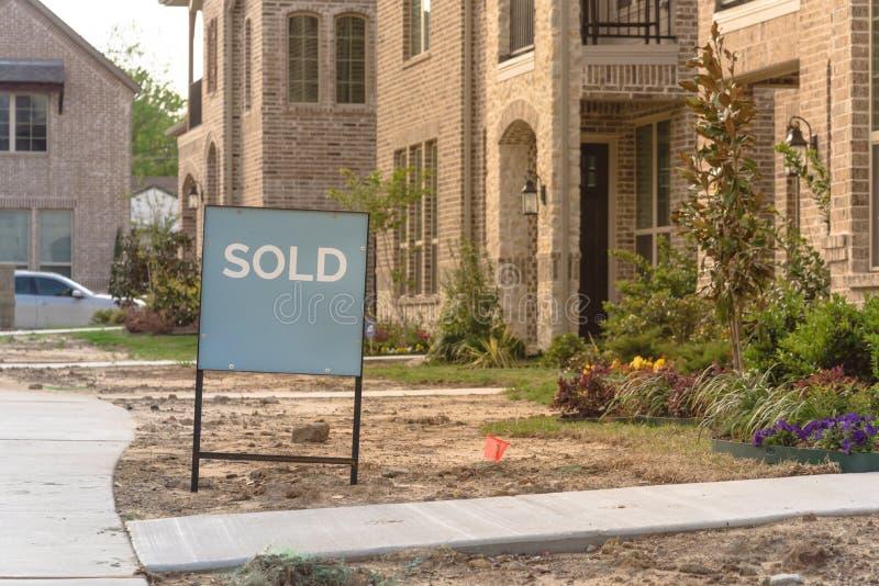 Niedawno budujący oddzielny dom jednorodzinny sprzedawał out w Ameryka fotografia royalty free