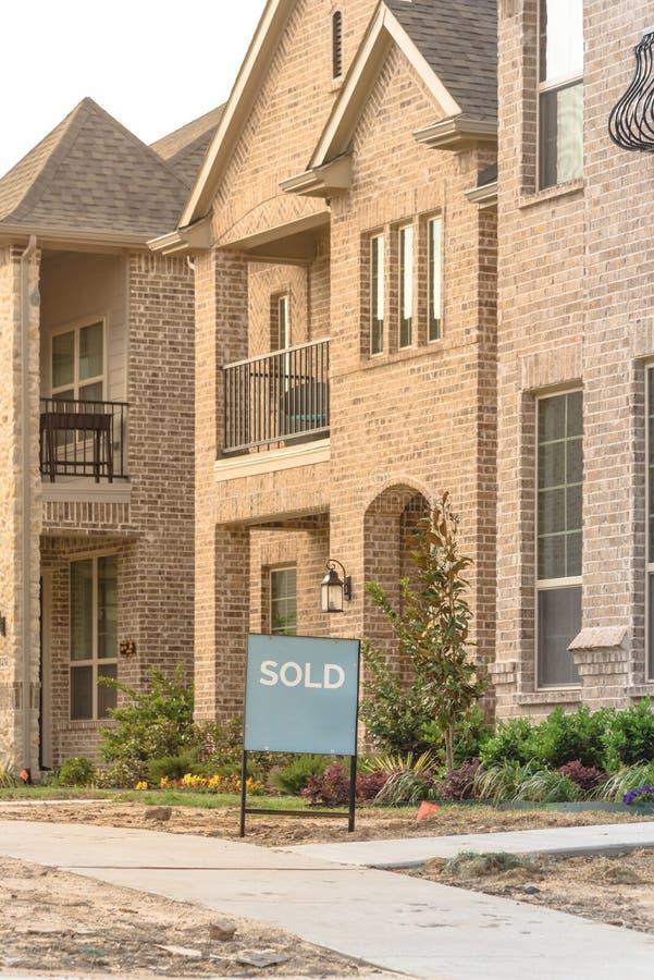 Niedawno budujący oddzielny dom jednorodzinny sprzedawał out w Ameryka obrazy stock