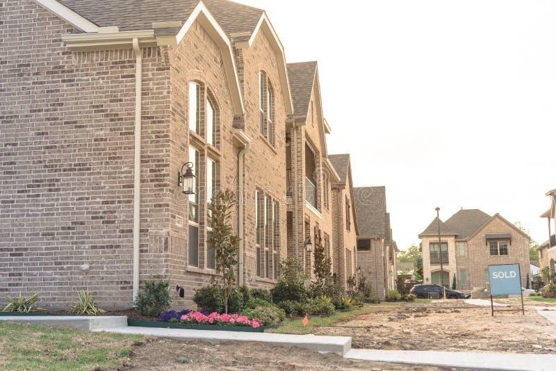 Niedawno budujący oddzielny dom jednorodzinny sprzedawał out w Ameryka zdjęcie stock