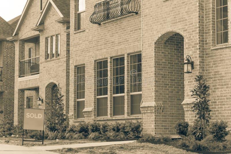 Niedawno budujący oddzielny dom jednorodzinny sprzedawał out w Ameryka obraz royalty free