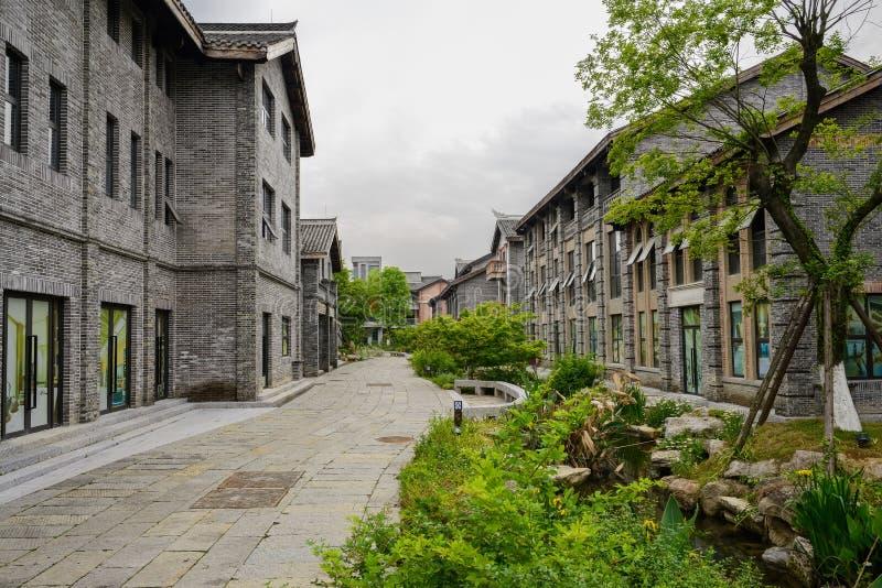 Niedawno budujący staromodni budynki wzdłuż fliz ulicy na cl zdjęcie royalty free