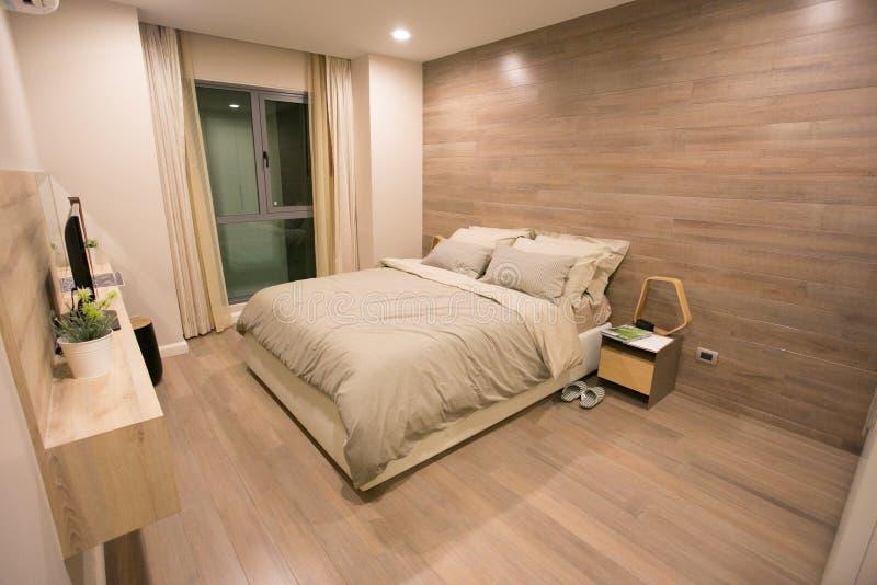 Niedawno meblująca sypialnia w kondominium obrazy stock