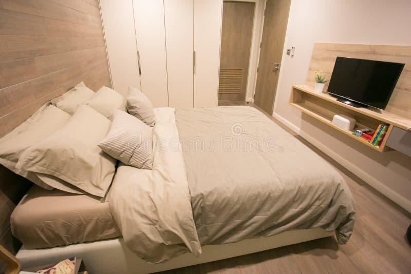 Niedawno meblująca sypialnia w kondominium zdjęcia stock