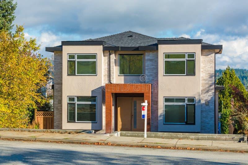 Niedawno odnawiący mieszkaniowy dom dla sprzedaży Dom na ulicie obrazy stock
