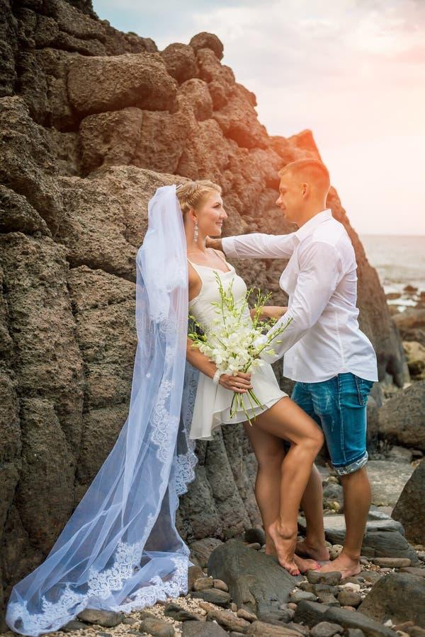 Niedawno para małżeńska morzem na ich dniu ślubu zdjęcie royalty free