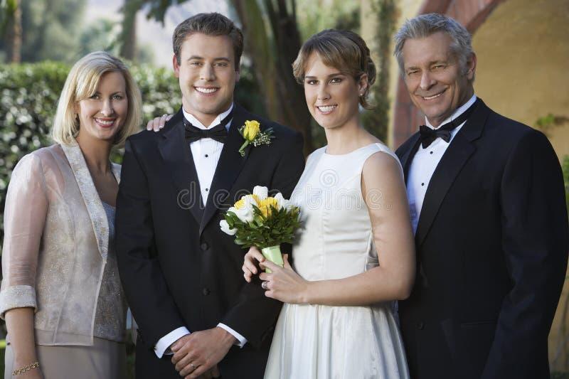 Niedawno pary małżeńskiej pozycja Z rodzicami fotografia stock
