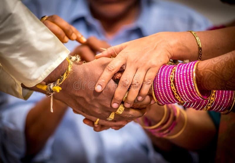Niedawno poślubia Hinduskie Indiańskie pary mienia ręki obraz royalty free