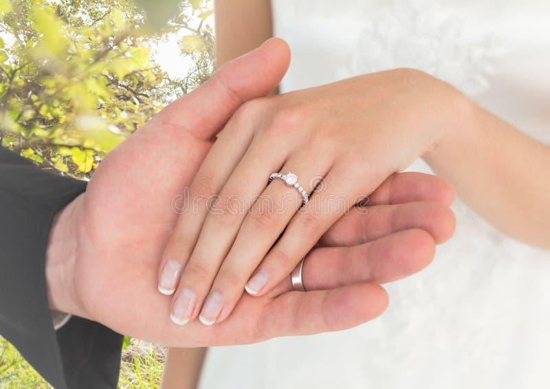 Niedawno poślubia pary mienia ręki zdjęcie stock