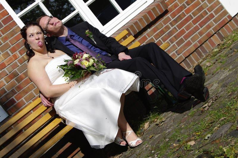 Niedawno poślubia robić śmiesznym twarzom fotografia royalty free