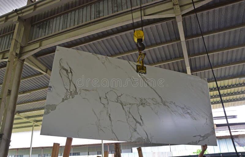 Niedawno przyjeżdżająca kamienna cegiełka jest dźwignięciem pokazywać klient zdjęcie royalty free