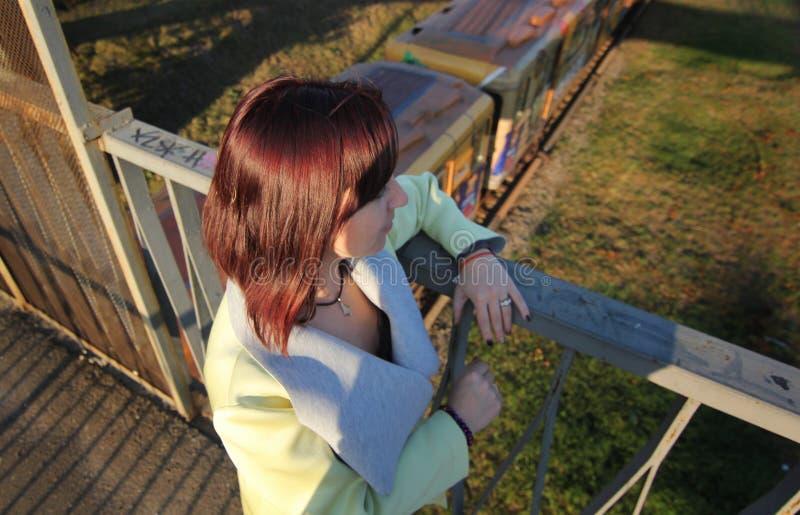 Niedergedrücktes junges Mädchen denkt an Selbstmord auf der alten rustikalen defekten Brücke Konzeptendjugendlich Selbstmord Ansi lizenzfreie stockfotos