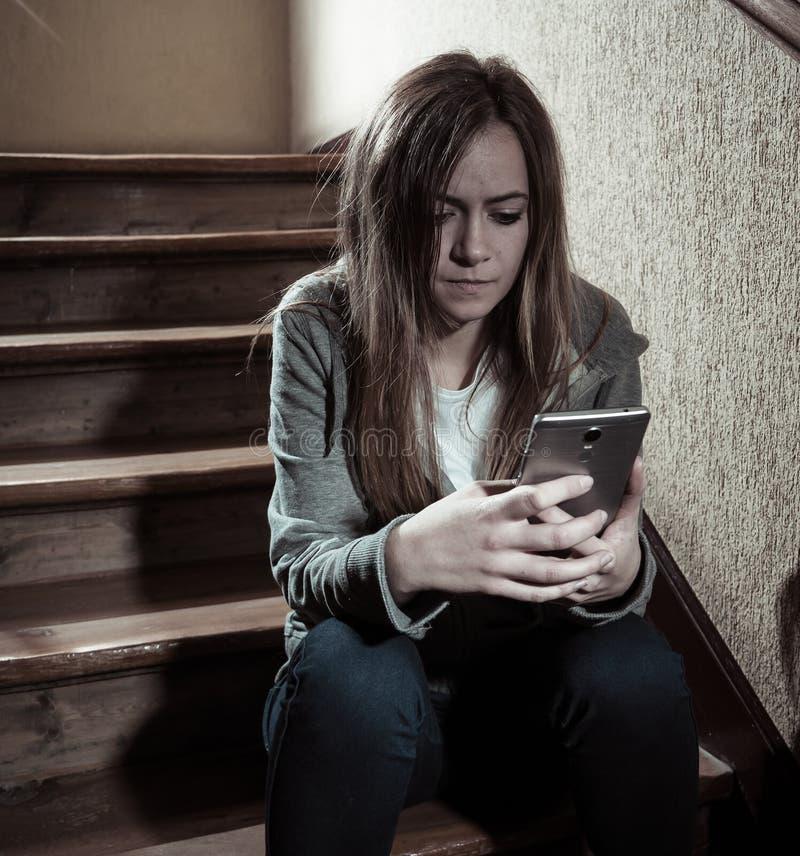 Niedergedrücktes und gesorgtes Leiden des schönen einsamen jungen Mädchens in der Schule von einschüchtern und von der Belästigun lizenzfreie stockbilder