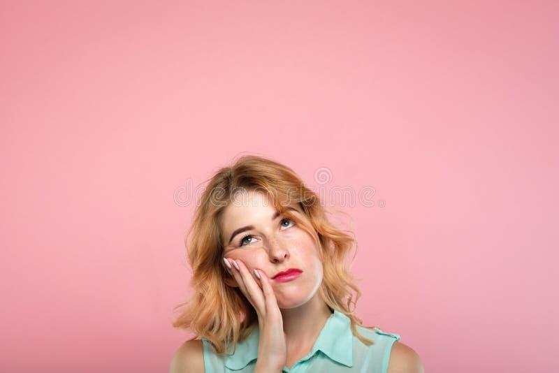Niedergeschlagene Stimmung gebohrte selbstlose Frau, die oben schaut lizenzfreie stockfotos