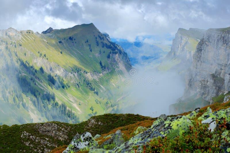 Niederhorn, Spitze der Emmentaler-Alpen im Bernese Oberland nahe Interlaken in der Schweiz Gebirgstal mit Nebel und Wolken lizenzfreie stockbilder