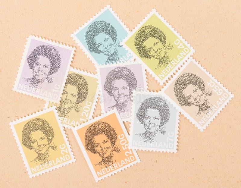 NIEDERLÄNDISCHE 1990: Eine Briefmarkensammlung gedruckt in der niederländischen Vertretungskönigin Beatrix, circa 1990 stockbilder