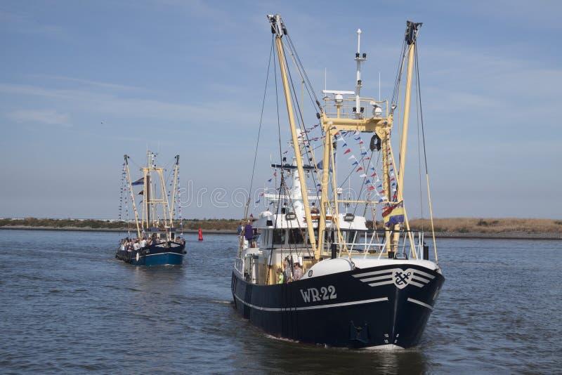 Niederländische Fischerboote auf dem Wattenmeer stockbilder