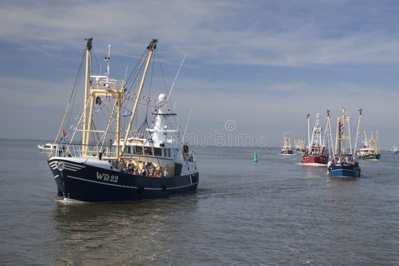 Niederländische Fischerboote auf dem Wattenmeer lizenzfreie stockbilder