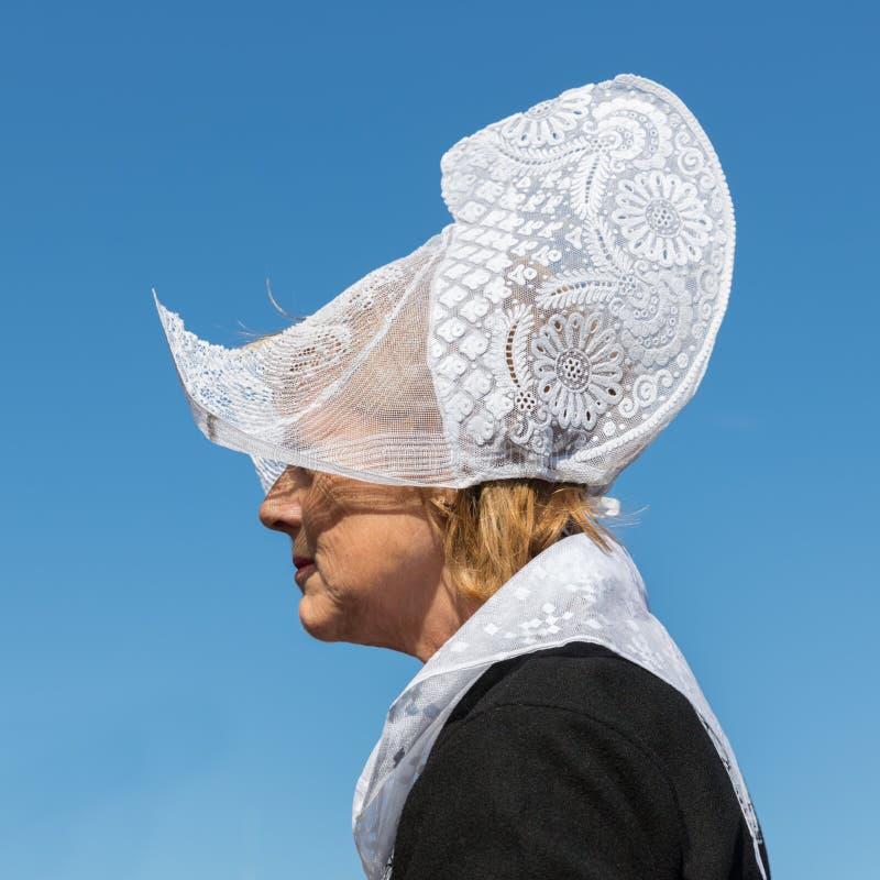 Niederländische Frau mit traditioneller Kleidung und Kopfbedeckung an der lokalen Messe lizenzfreie stockfotos