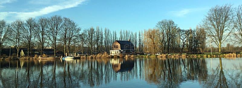 Niederländische Häuser durch den Fluss im Herbst lizenzfreie stockbilder
