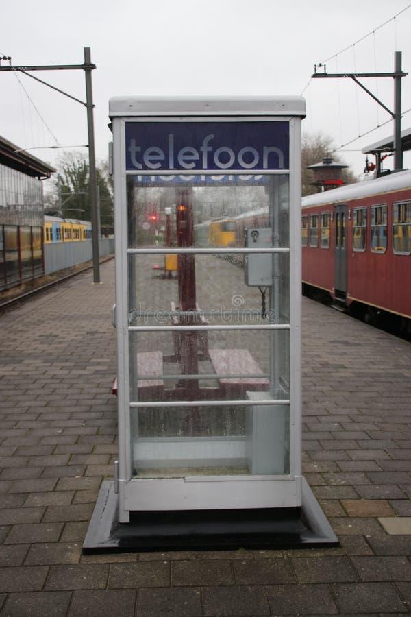 Niederländische historische Telefonzelle auf einer Plattform auf Station Utrecht Maliebaan, die nicht mehr arbeitet lizenzfreie stockfotos