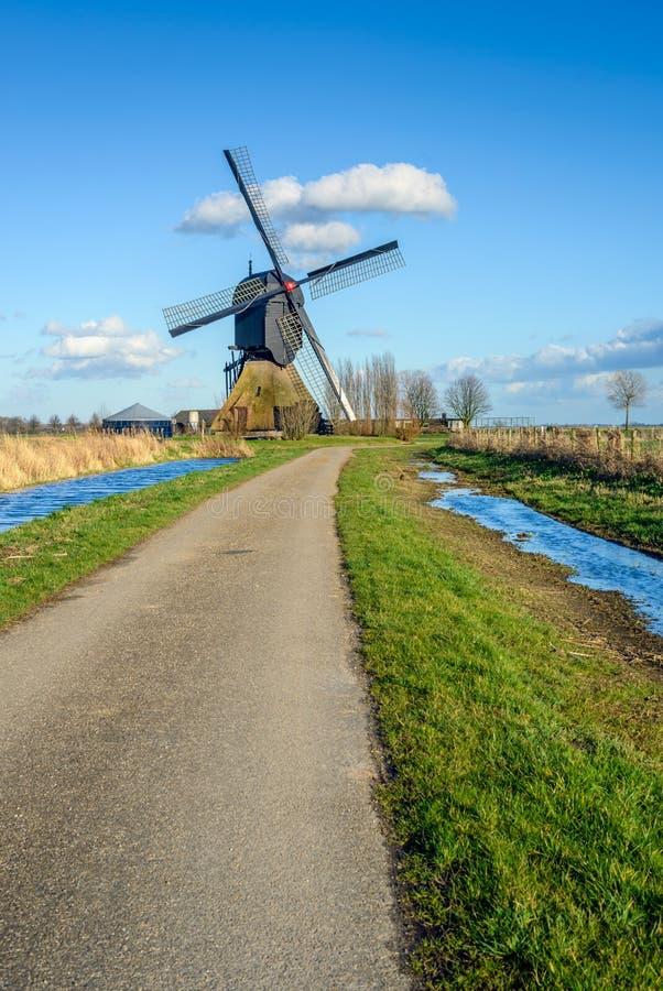 Niederländische hohle Bockwindmühle ab 1795 an einem sonnigen Tag stockfoto