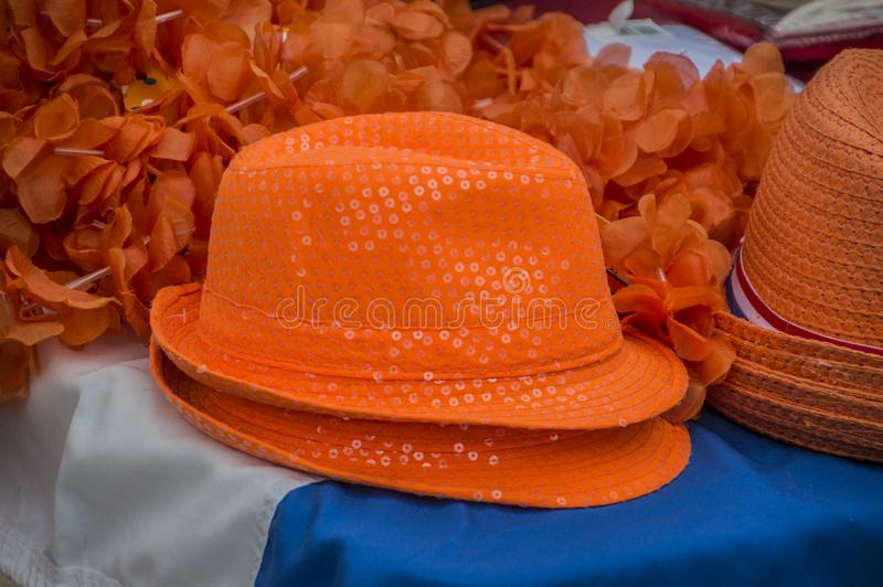 Niederländische orange Hüte für Verkauf bei beim Vondelpark auf Kingsday Amsterdam niederländische 2018 stockbild