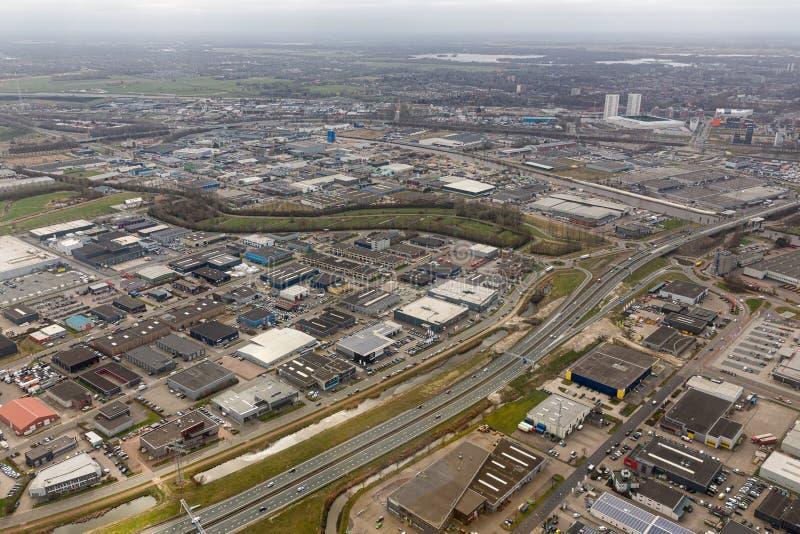 Niederländische Stadt der Vogelperspektiveskyline von Goningen mit Industriepark stockbilder