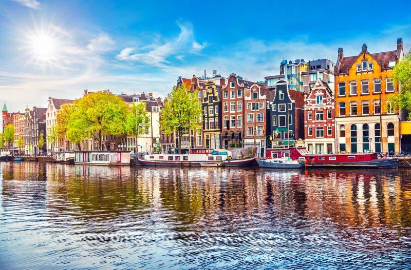 Niederländische Tanzenhäuser Amsterdams über Fluss Amstel stockbilder
