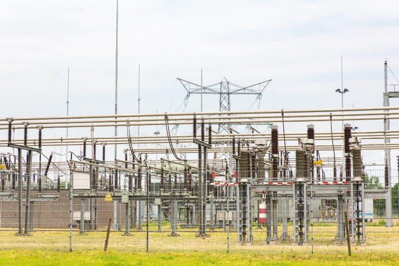 Niederländische Verteilungsstation für Transport des Stroms stockbild