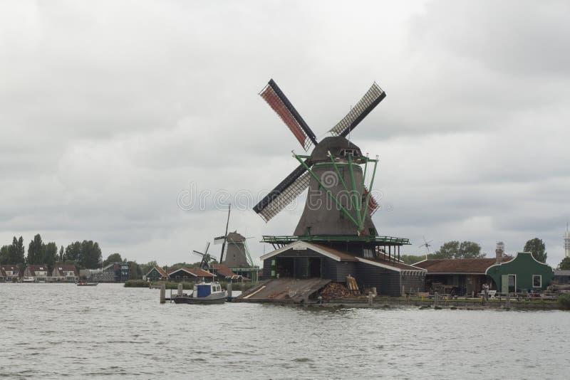 Niederländische Windmühlen im Zaanse Schans lizenzfreies stockbild
