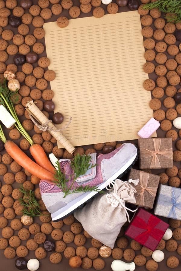 Niederländischer Feiertag Sinterklaas-Hintergrund mit dem Schuh der Kinder mit Karotten für Sankt, Pferd, pepernoten und Bonbons  lizenzfreie stockfotografie