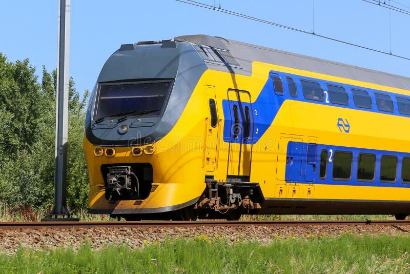 Niederländischer gelber und blauer Nahverkehrszug lizenzfreies stockfoto