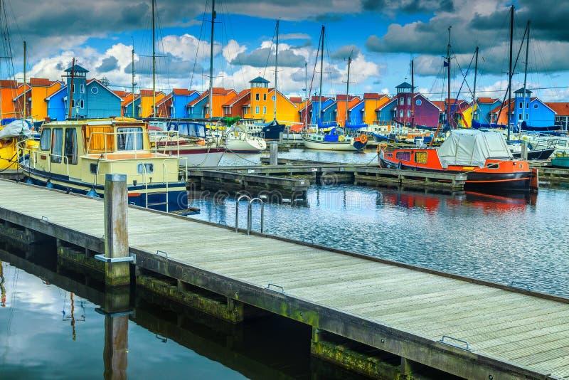 Niederl?ndischer Hafen mit traditionellen bunten H?usern auf Wasser, Groningen, die Niederlande lizenzfreie stockfotos